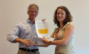 Hans van Laarhoven, hoofd afdeling zorg, en Marlieke Janssen Ten Haaf, presenteren de verbeterpunten voor goede beroertezorg voor patiënten.
